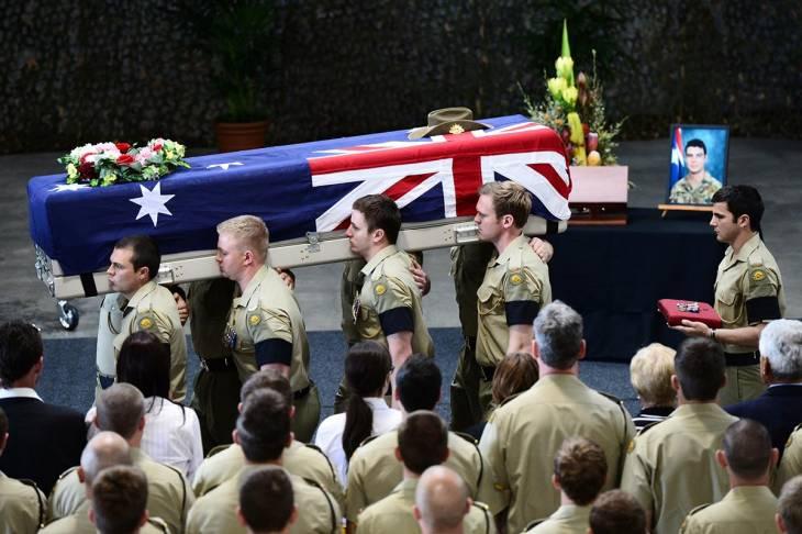 Soldats australiens transport le cercueil d'un des leurs