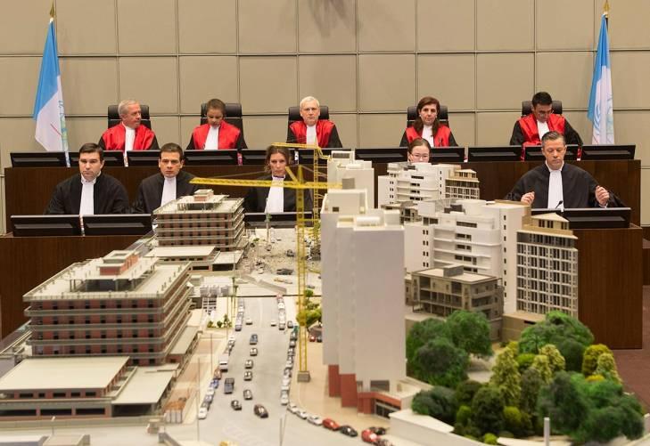 Les juges du Tribunal spécial pour le Liban devant une maquette de l'attentat