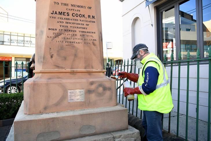 Nettoyage de graffitis sur une statue du capitaine Cook