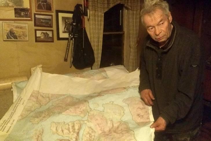 Per Kitti montre une carte chez lui