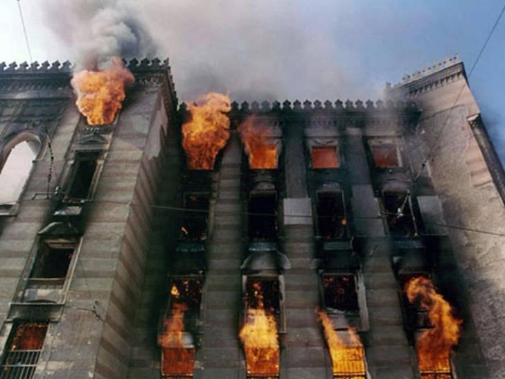 Bibliothèque de Sarajevo en flammes
