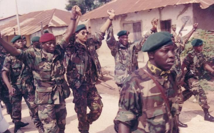 Sanna Sabally aux côtés de Yahya Jammeh en 1994. Il coparaît aujourd'hui devant la Commission vérité en Gambie (TRRC)