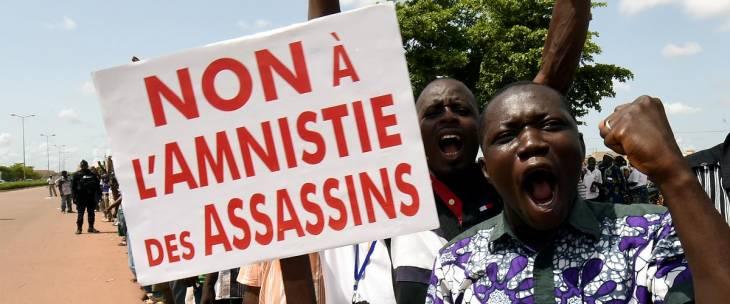 Au Burkina-Faso des manifestants brandissent une pancarte :
