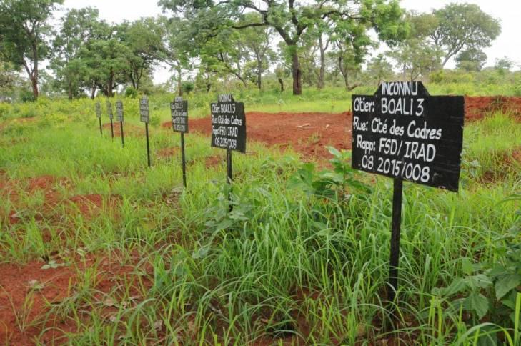 Les nouvelles tombes creusées en périphérie de Boali,