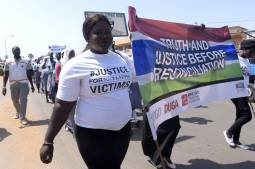 """Gambie : """" beaucoup de recyclage d'anciens de l'ère Jammeh"""", dénonce une défenseure des droits de l'homme"""